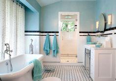 salle de bain rétro en bleu ciel et blanc avec frise noire