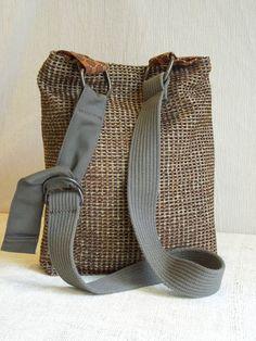 Ce sac de HOBO CROSSBODY a une palette de couleurs chaudes des Browns chocolaté mélangé avec Mossy ~ militaires verts. Une déclaration simple et raffinée avec une touche de sophistication. Parfait pour les jeunes et les jeunes de coeur ! Détails notables : Une ceinture repurposed fonctionne très bien pour créer la sangle réglable et confortable à porter à travers le corps, en gardant les mains libres, ou simplement le porter sur lépaule. Lintérieur est entièrement recouvert dune poche…