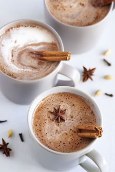 Looking for a caffeine-free alternative to a chai latte? Try this Vanilla Chai Latte. It's easy to make, delicious and really good for you. Chaï Tea Latte, Dandelion Recipes, Warm Apple Cider, Smoothies, Vanilla Chai, Latte Recipe, Snack, Masala Chai, Hot Chocolate