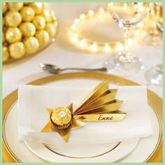 Bring your party table to life with the Ferrero Rocher shooting star! - Bring your party table to life with the Ferrero Rocher shooting star! Christmas Place Cards, Noel Christmas, Christmas Gift Wrapping, Christmas Crafts, Christmas Ornaments, Breakfast Party, Wedding Name Tags, Ostern Party, Ferrero Rocher Chocolates