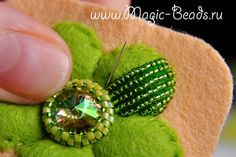 This Pin was discovered by Ipe Bead Embroidery Tutorial, Bead Embroidery Jewelry, Beaded Embroidery, Hand Embroidery, Beading Projects, Beading Tutorials, Beading Patterns, Embroidery Patterns, Beaded Flowers