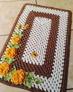 yellow crochet rose for rug Crochet Table Mat, Crochet Mat, Crochet Potholders, Crochet Buttons, Crochet Home, Crochet Doilies, Easy Crochet, Crafts To Do, Diy Crafts