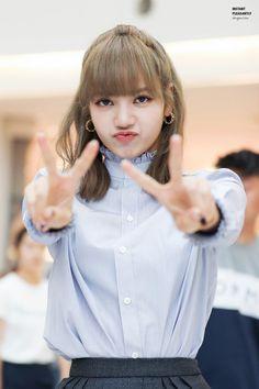 Stay weird stay you💯 Lalisa Manoban Kpop Girl Groups, Korean Girl Groups, Kpop Girls, Lisa Bp, Jennie Lisa, K Pop, Lisa Blackpink Wallpaper, Black Pink Kpop, Blackpink Photos