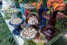 Vanessa&Leonel Detalhe da mesa de bolo e doces Studio Decorato Império buffet