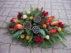 Výsledek obrázku pro dušičkové vazby ze šišek Beautiful Flower Arrangements, Beautiful Flowers, Cemetery Decorations, Funeral Flowers, Merry Christmas, Wreaths, Seasons, Floral, Christmas Decor