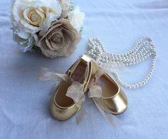 Lindo poco par de zapatos de la bailarina bebé! Tanto lujo y descarada esta con champagne y oro pisos de ballet añade un poco de jazz. Estos lindos zapatitos de ballet vienen con organza o encaje lazos de cinta de raso. Perfecto para cualquier traje de ocasión especial y añadir un poco de jazz. Hechos con suave cuero y gamuza interior. Estos zapatos tienen un antideslizante de goma única para pasos perfectos. Viene con un bonito encaje cinta de satén o de organza. Seleccione el detalle de la…