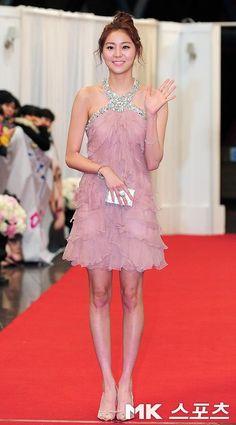 UEE at the 2011 KBS Awards. Love the whole ensemble! Kpop Fashion, Korean Fashion, Girl Fashion, Airport Fashion, Dressy Dresses, Prom Dresses, Uee After School, Kbs Drama, Bridal Mask