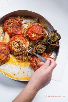 Gemista: the recipe Τomatoes and green peppers stuffed with rice Lebanese Recipes, Greek Recipes, Gemista Recipe, Santorini, Mykonos, Healthy Eating Tips, Healthy Recipes, Healthy Food, Greek Menu