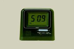 El reloj digital. Año 1972. Los relojes pasaron del pecho (relojes de cadena) a la muñeca durante el siglo XIX. Rolex fabricó el primer reloj a prueba de agua en 1926 y un año después hizo su aparición un reloj ultra preciso controlado por cristales de cuarzo. Los relojes finalmente se hicieron digitales en los 70s cuando la compañía Hamilton desarrolló el Pulsar, que tenía luces en lugar de manecillas. El LCD llegó en 1977.