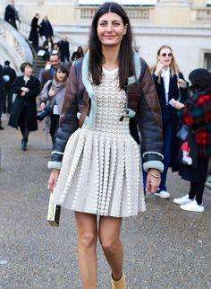 Street style de Giovanna Battaglia com vestido branco de croche e jaqueta de couro.