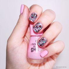 Coucou les filles!! Petit #nailart en stamping inverse avec ma plaque #moyoulondon. Et j'ai testé les vernis #essence qui pour le prix sont vraiment top les filles. Vous pouvez les retrouver chez @auchan_france au alentour de 3€. C'est un super rapport qualité prix . Bon journée et profitez bien des vacances les filles. . #vernis #nail #nails #essence #pink #rose #stamping #stampinginverse #stampingnailart #feuille #pinknails #vernisessence #instanails #nailstagram #nails2inspire…