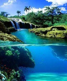 Vista semi-sumergida de una catarata en Hawaii.