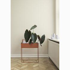 Plant Box sidobord från Ferm Living. En elegant och tidlös box med fina och smala ben i pulverlackad...