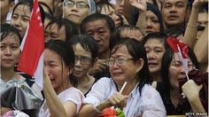 Emotional crowds wait to see the funeral procession in Singapore (29 March 2015)