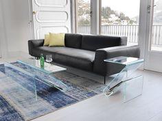 Zeta, tavolino / porta riviste by SOVETITALIA. Purezza e minimalismo sono le chiavi di lettura di un prodotto che unisce semplicità e funzionalità. Un'unica lastra di cristallo sapientemente curvata, crea un complemento che funge al tempo stesso da porta riviste e pratico tavolino.