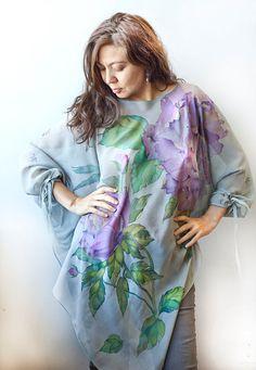 Ligero como el aroma de las peonías frescas, esta túnica gasa cubre su cuerpo con una elegancia y gracia.  Esta de una blusa tipo es pintadas a mano con tinte de la seda. Los colores se fijan al vapor profesional. Son permanentes y tolerantes del sol. Ellos no se desvanecen, incluso después de repetidos lavados.  **************************************************************************  Se hace la túnica de Gasa de seda de lujo y muy suave al tacto, los bordes se fijan con cuidado por las…
