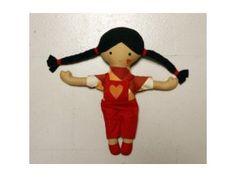 bábika SPIEVANKA Bábika je ušitá zo 100% bavlnených látok a flísu (vlásky), vyplnená polyesterovým antialergickým rúnom. Látky boli predpraté. Tvárička a srdiečko na nohaviciach sú maľované farbami na textil a tepelne fixované. Bábiku možno prať ručne alebo v práčke na 30°C s použitím jemného pracieho prostriedku a nechať voľne vysušiť. Bábika je oficiálne certifikovaná pre deti od troch rokov.  Vyrobené na Slovensku. Bábika je handmade výrobok.