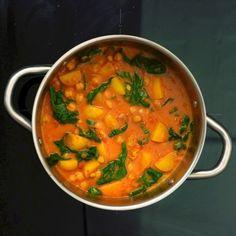 Indisches One-Pot-Curry = schnelles Currygericht in einem Topf. Für alle, die wenig Geschirr besitzen, keine Spülmaschine oder generell wenig Zeit zum Kochen haben. Mit ein paar Zutaten und einem Topf könnt ihr dieses leckere vegane Curry zubereiten.