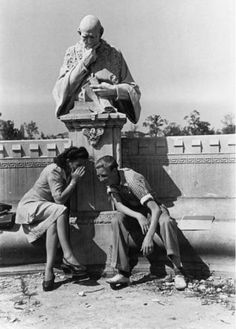 Tuschelei: Ein Pärchen 1947 vor der Büste Johann von Buchs an der ehemaligen Siegesallee im Berliner Tiergarten.