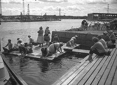 Naisia mattopyykillä Tampereen Alarannassa kesällä 1958, washing the mats and rugs