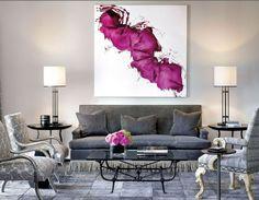 idee deco salon, panneau abstrait banc et fuschia, fauteuil baroque, chaises grises et tapis patchwork