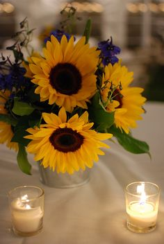sunflower centerpiece with candles Oooh so pretty. Idk when I would Need this but I just love sunflowers
