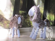 A fabric horse is nice and you will love the finished project. Felt Patterns, Stuffed Toys Patterns, Textiles, Crochet Doll Pattern, Doll Tutorial, Sewing Toys, Custom Bags, Sewing Notions, Diy Doll
