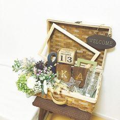 * ウェルカムトランク♡ カゴバージョン!! 飾りたいものを詰め込んだだけですが(笑) ⁂ 右側のグラスは、従妹が作ってくれたもの♡( ´•̥̥̥_•̥̥̥` )♡ 私たちの名前と挙式日が入ってます!!! 他の小物とマッチするように、クリスタルの星を横に入れてみました✩︎⡱ #プレ花嫁 #結婚式準備 #ナチュラルウェディング