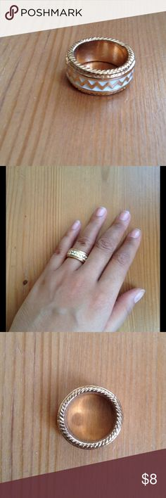 White & Gold Chevron Thick Round Ring Great condition. Size 7. No stretch. Forever 21 Jewelry Rings