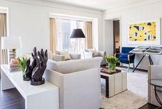 Decoração predominantemente branca e muito refinada. 💚💚Decoração sem extravagância e bem detalhista. (projeto Chad James Group)  ⁘  #instadecor #home #homestyle #architecture #world #beautiful #top #instamood #l4l #shoutout #f4f #inspiração #amazing #house #arquitetura #perfect #igers #love #tbt #photooftheday #instagood #archilovers#earqdecor #decor #decoração #interiores #arquitetura #construção #design #instadaily