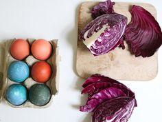 Natural recipes for dying Easter eggs.  We used yellow curry as well and it worked perfectly.