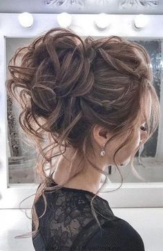 The most romantic updo to get an elegant look 44 Messy updo hairstyles &; The most romantic updo to get an elegant look Deb Costanzo Hair 44 Messy […] bun hairstyles for long hair Medium Hair Styles, Curly Hair Styles, Summer Wedding Hairstyles, Hairstyle Wedding, Messy Wedding Updo, Updos For Wedding, Wedding Hair Updo With Veil, Wedding Up Do, Bridal Hair Updo