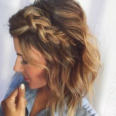 17 schicke geflochtene Frisuren für mittellanges Haar 17 Chic Braided Hairstyles for Medium Length Hair: We know how it feels to run out of hairstyling ideas. We all need hair inspiration at some point so we have come up with 17 chic braided hairstyles f Messy Hairstyles, Pretty Hairstyles, Hairstyle Short, Hairstyle Ideas, Hairstyles 2016, Winter Hairstyles, Short Hair Bridesmaid Hairstyles, Everyday Hairstyles, Braided Hairstyles Medium Hair