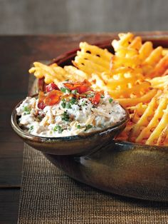 Loaded Baked Potato Dip - Memorial Day Appetizers to Feed a Crowd - Southernliving. Recipe: Loaded Baked Potato Dip Just add waffle fries for a crowd-pleasing app. Food For Thought, Think Food, I Love Food, Baked Potato Dip, Loaded Baked Potatoes, Loaded Potato, Potato Food, Crack Potatoes, Potato Vegetable