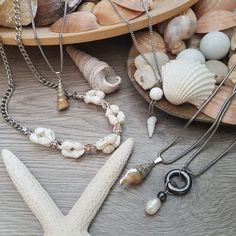 Letos se k moři nejspíš nepodíváme, ale nevadí, i u nás je spousta krásných míst 😇 Kdyby Vám ale přece jenom chyběl kousek té písečné pláže, můžete se pokochat třeba našimi šperky s pravými mušlemi neb perlou 🐚🦪📿 Pearl Necklace, Pearls, Jewelry, Design, Fashion, String Of Pearls, Moda, Jewlery, Jewerly