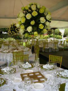 Arreglo de rosas verdes y blancas alto/ Green and white roses tall centerpiece