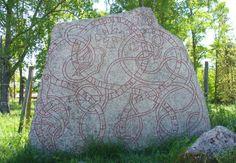 La « Vaksala Runestone » en Suède, gravée avec des runes du 12e siècle, de l'alphabet « Younger Futhark ».