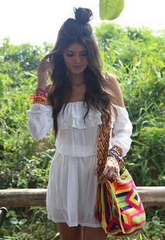 Vestido branco ciganinha com babados e bolsa colorida