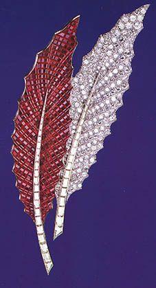 """DE LA COLECCIÓN DE LA DSS DE WINDSOR. Broche """"feuilles de houx"""", un broche de plumas doble, uno con rubíes y el otro con diamantes baguette, se registran en los archivos de Van Cleef & Arpels como uno de los primeros creados de este estilo. Comprado por el rey Eduardo VIII en 1936 para regalárselo a la señora Simpson en Navidad."""