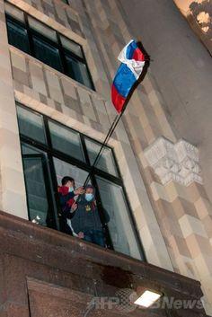 親ロシア派が2都市の行政庁舎を占拠、ウクライナ東部 国際ニュース:AFPBB News   ウクライナ東部ハリキフ(Kharkiv)で、政府庁舎に侵入し、ロシア国旗を掲げる親ロシア派の活動家(2014年4月6日撮影)。(c)AFP/SERGEY BOBOK