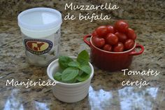 Receita de Salada Caprese  Ingredientes:  2 caixinhas de tomates-cereja (mais ou menos 350g)  100g de queijo de búfala (eu gosto destes em bolinhas e uso mais ou menos a metade do pote)  1 xícara de Manjericão fresco (na foto tem menos do que o necessário)  Azeite de Oliva, sal e pimenta.