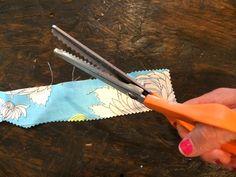 Como impedir que um tecido fique desgastado    Para não deixar que um tecido fique com vários fios puxados e aquela aparência desgastada e corroída você pode cortar as suas bordas com uma tesoura de corte ondulado. Esta dica pode economizar o tempo de produzir uma bainha se estiver com pressa.