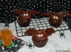 I cupcake pipistrello, sono dei dolcetti semplici da preparare e super cioccolatosi con un ripieno di confettura all'arancia di Vis... Halloween, Cupcakes, Gingerbread Cookies, Desserts, Food, Gingerbread Cupcakes, Tailgate Desserts, Cupcake, Deserts
