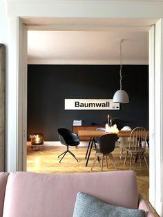 Esszimmer mit selbstgebautem Esstisch vor schwarzer Wand. Diningroom with diningtable and black wall.