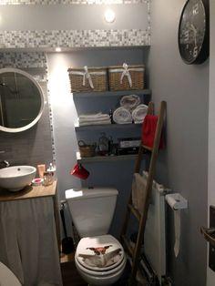 Une salle de bain relookée à petit prix. Gris et bois, mosaïque, vasque, baignoire, rangements