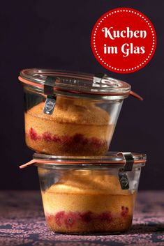 im Glas: Sieht phantastisch aus, schmeckt himmlisch und lässt sich mehr… in the glass: Looks fantastic, tastes heavenly and can be kept in the glass for several weeks! Ice Cream Desserts, Lemon Desserts, Mini Desserts, Dessert Recipes, Winter Desserts, Caramel Rolls, Cake In A Jar, Homemade Sweets, Berry Cake