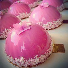 Wedding cakes  Свадебные пироженки  сейчас такое состояние, после 2х сданных свадеб, когда гул в ушах, (теперь я тебя понимаю и в этом моя @luizakolesnikova )в глазах почти слезы от усталости, а главное моральное напряжение от гиперответственности, ведь сегодня готовится еще одна.... #благодарюзаздоровье#