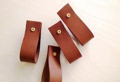 Veja aqui como fazer esses puxadores super baratos e bonitos em couro. Você vai precisar de: