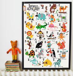 Een fantastische poster voor de kinderkamer met o.a. 'Eager Elephant', 'Rodeo rabbit', 'Knitting kangaroo', 'Zig-zag Zebra'... en nog vele gekke dieren om te ontdekken. Lithoprint verpakt in een stevige bruine koker. Poster is A1 formaat (841 x 594 mm).