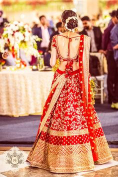 Get yourself dressed up with the latest lehenga designs online. Explore the collection that HappyShappy have. Select your favourite from the wide range of lehenga designs Indian Bridal Outfits, Indian Bridal Lehenga, Red Lehenga, Indian Bridal Wear, Indian Dresses, Anarkali, Lehenga Wedding Bridal, Red Sari, Indian Outfits